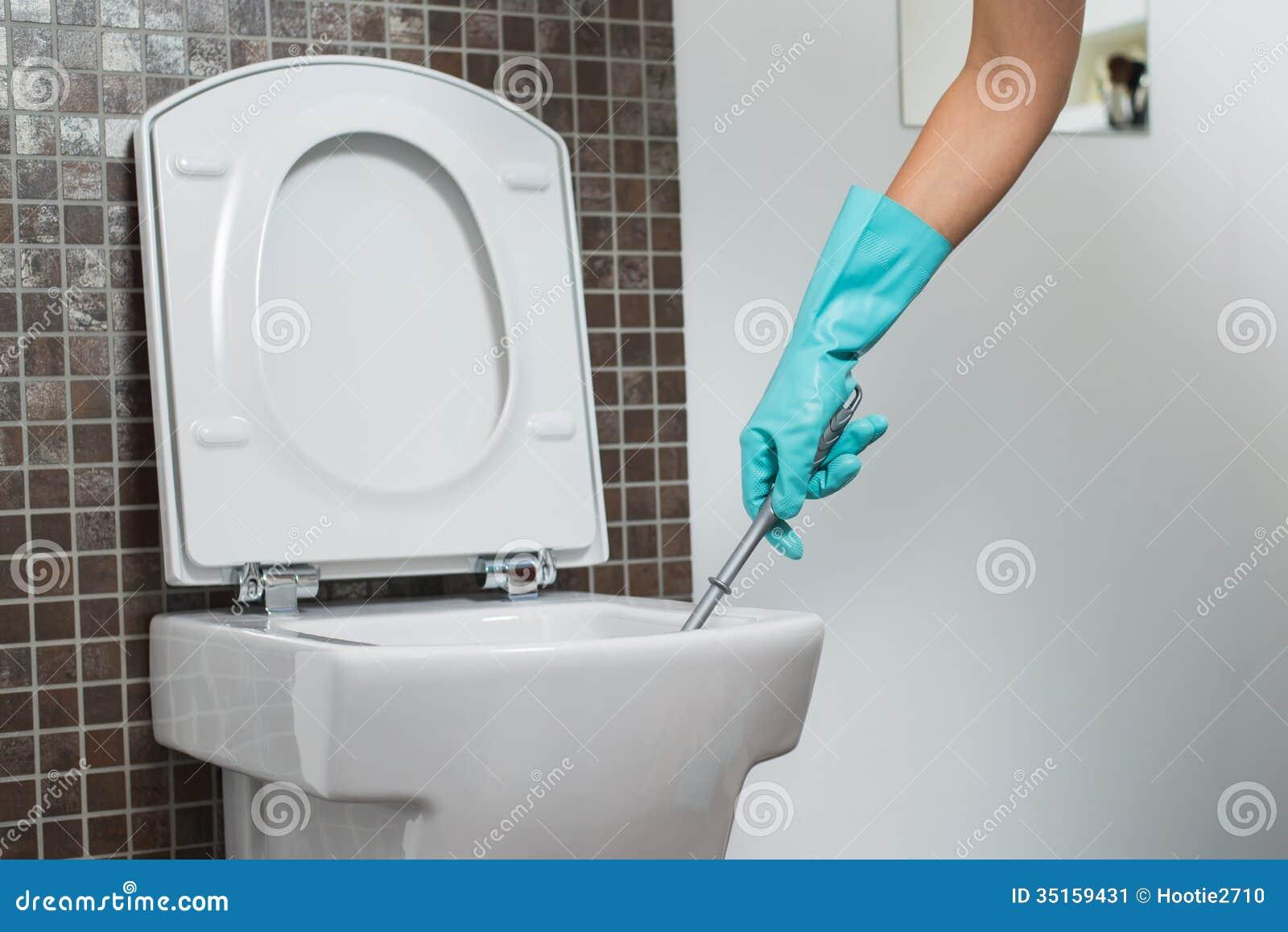 nettoyage de personne sous la jante d 39 une cuvette des toilettes image stock image 35159431. Black Bedroom Furniture Sets. Home Design Ideas