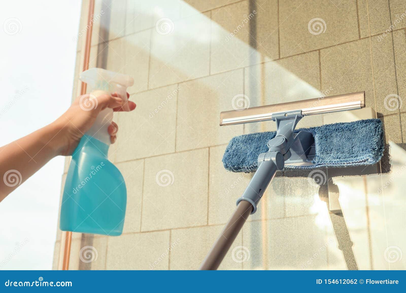 Nettoyage des filles Fenêtre de balcon par pulvérisation Produits de nettoyage et essuie avec la serpillière Éponge au coucher du