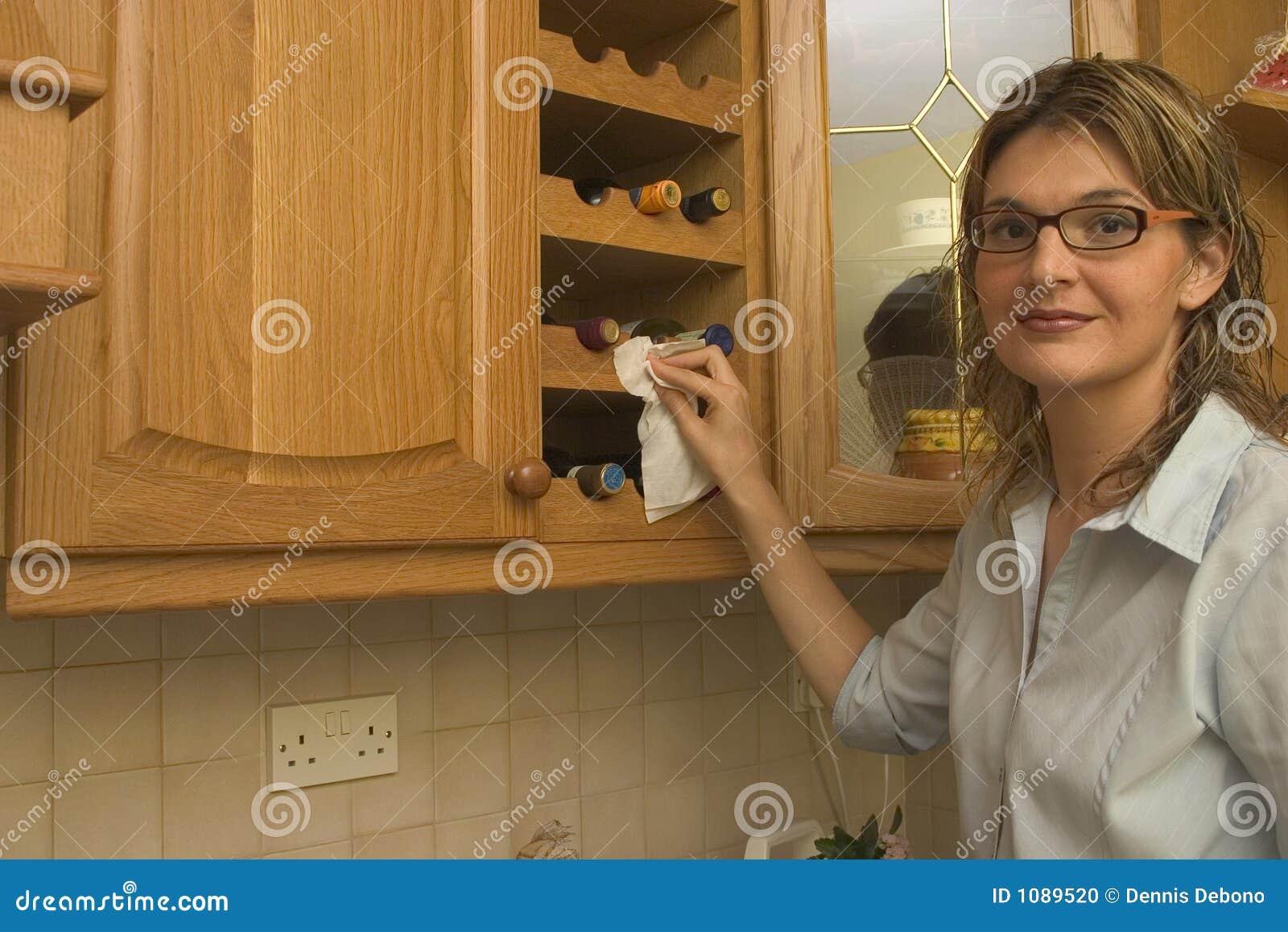 Nettoyant la maison - armoire de vin