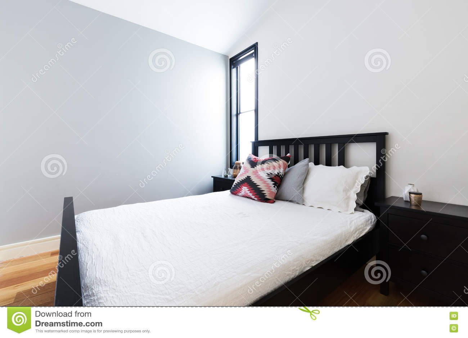 Nettoyez La Chambre à Coucher Moderne Croquante Avec Le Mur Gris ...