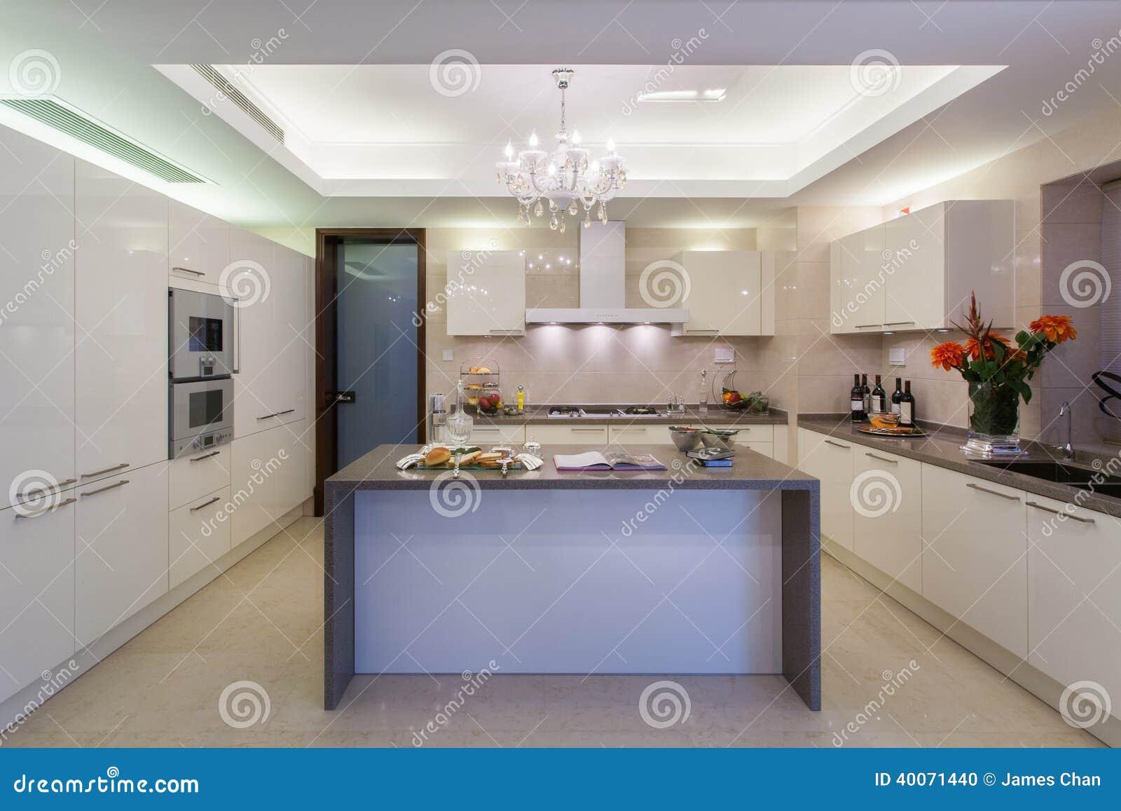 Nettoyez la cuisine moderne blanche photo stock image 40071440 for Comcuisine plus la valette