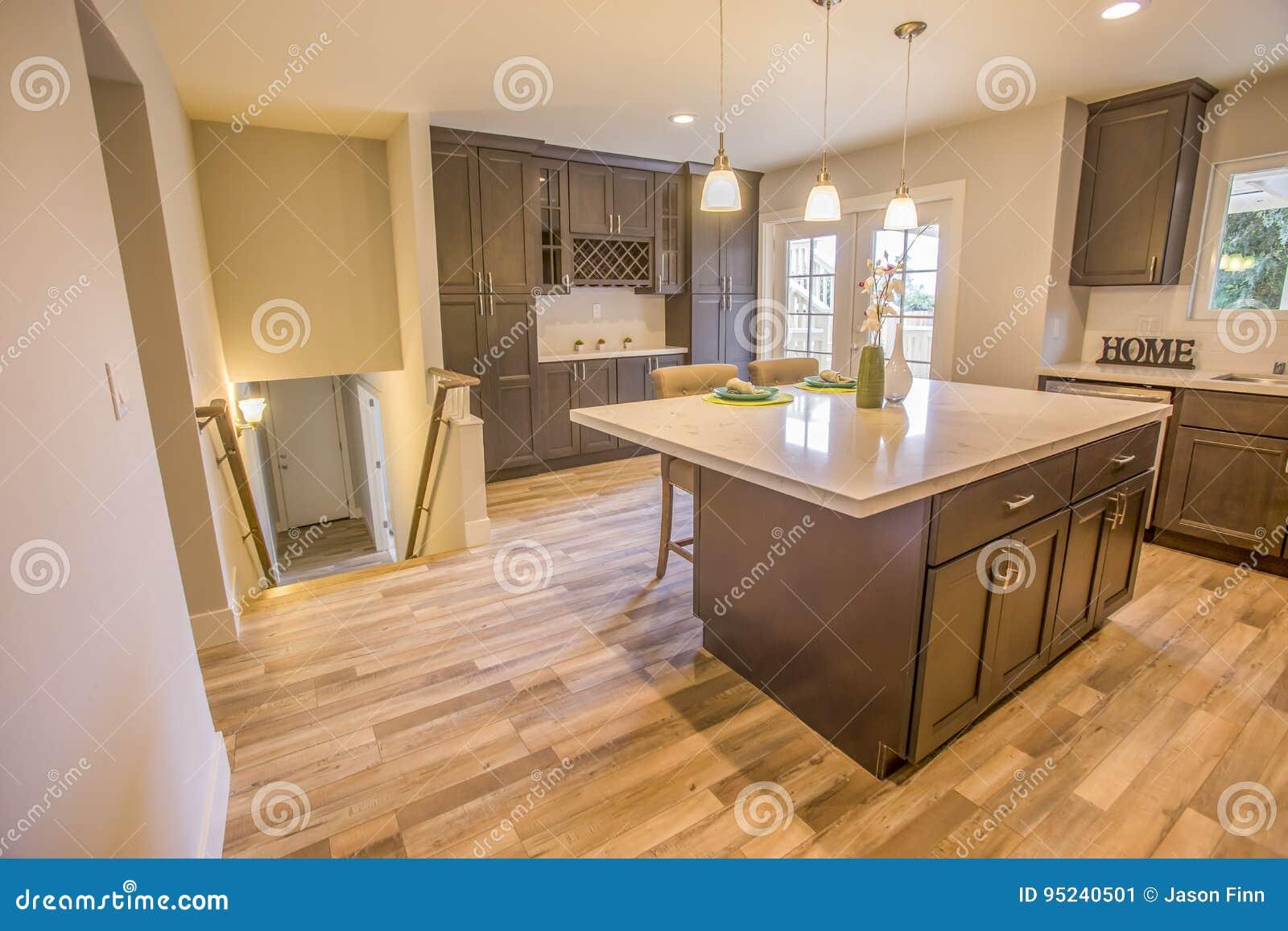 Nettoyez La Maison Modèle En Californie A Une Cuisine Ouverte De ...