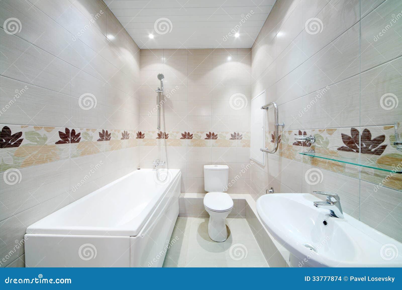 Nettoyez la salle de bains avec la toilette avec les for Salle de bain avec toilette