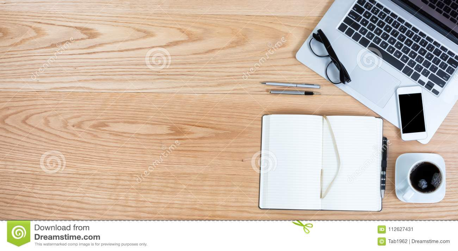 Nettoyez le bureau de chêne rouge avec du café pour des affaires