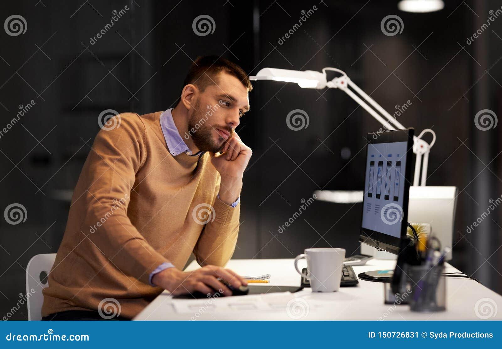 Netzdesigner mit Computerfunktion im Nachtbüro