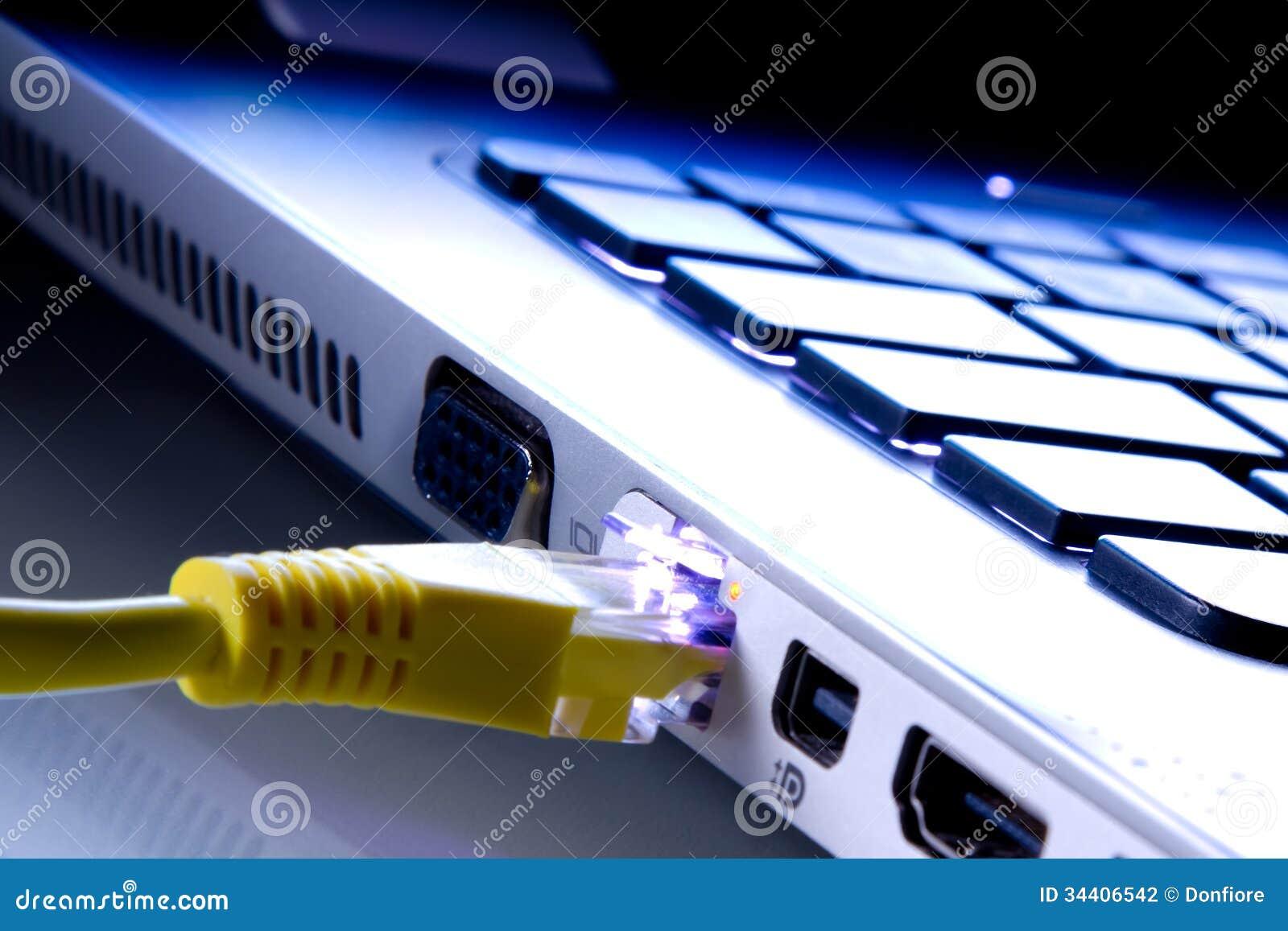 Netzkabel schloss den Laptop an