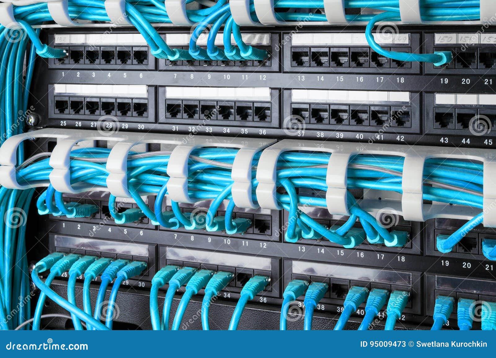 Netzplatte, -schalter Und -internet Verkabeln Im Rechenzentrum ...