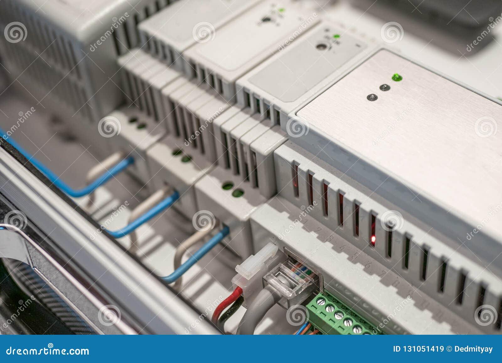 Netzschalter und Ethernet LAN-Kabel angeschlossen an intelligente Hausausrüstung, modernes Technologiekonzept