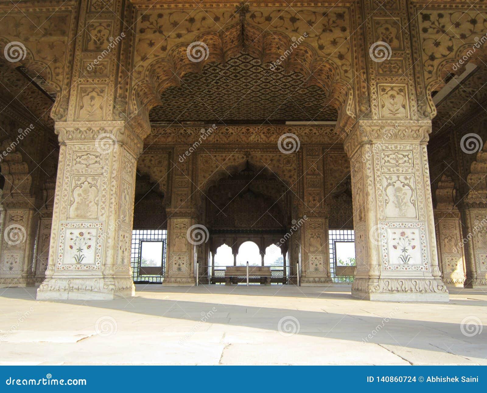 Neu-Delhi, Indien - Januar 2019: Die Details von verwickelten Carvings schellten herum Mahal innerhalb des roten Forts in Delhi