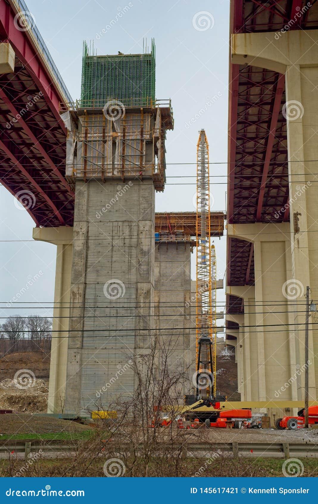 Neue Brücke stützt sich im Bau