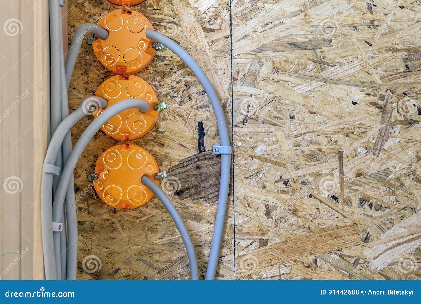 Neue Elektrische Installation, Sockelplastikkästen Und Elektrisch ...