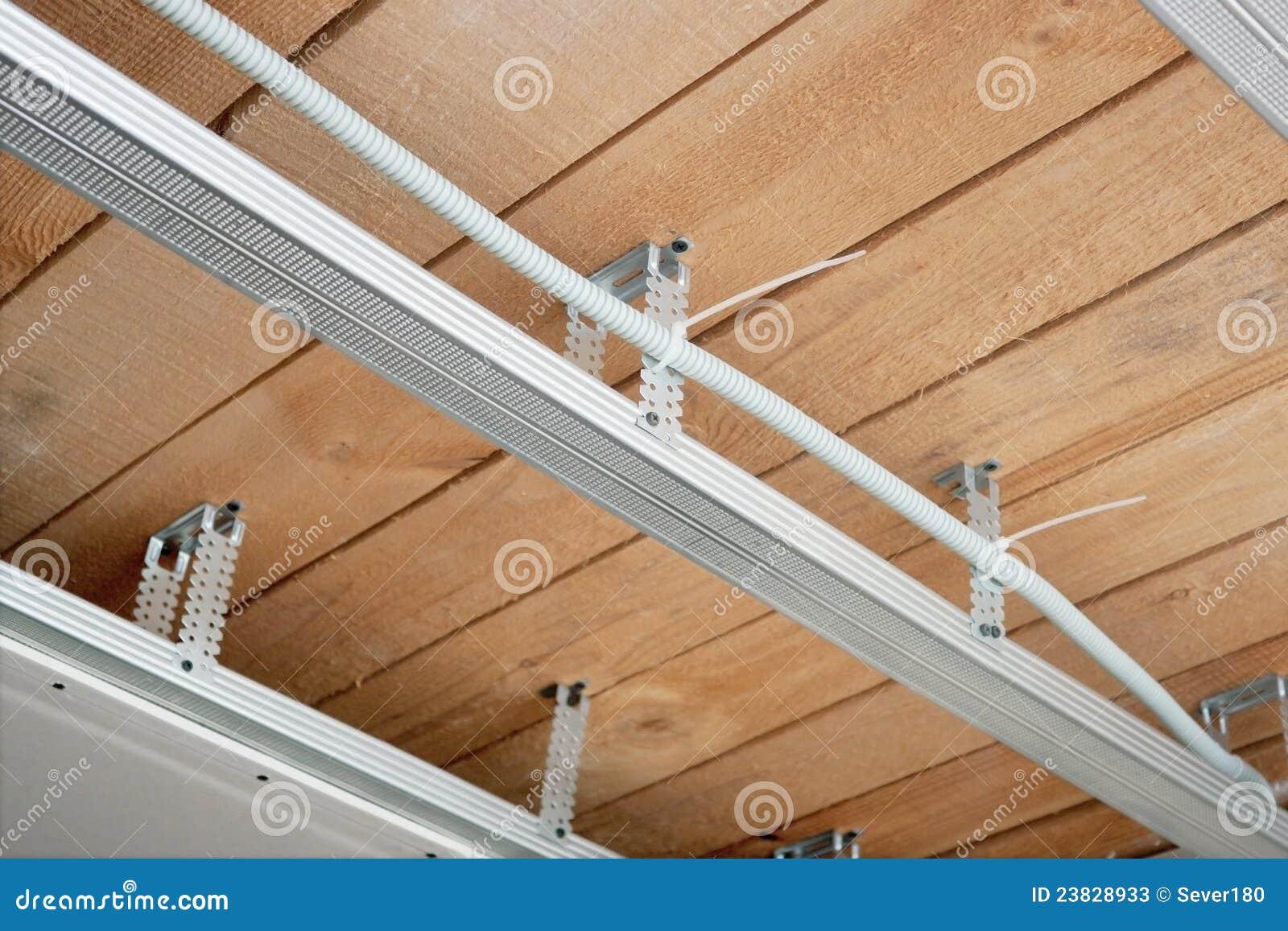 Neue Elektrische Leitungen In Einer Verschobenen Decke Stockbild ...