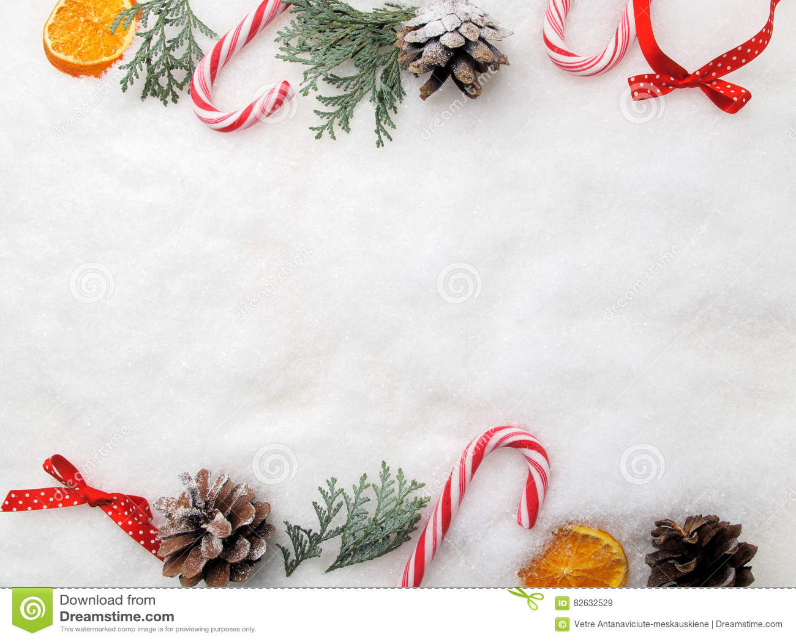 Neue Ideen, das Haus zu verzieren dieses Weihnachten Niederlassungsbaum, -kegel und -süßigkeit auf Schnee Draufsicht, flache Lage