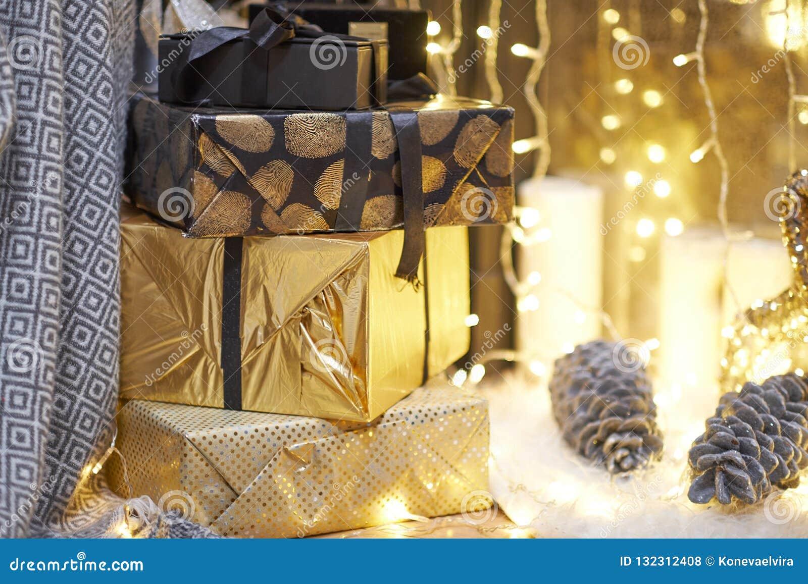 Neue Ideen, das Haus zu verzieren dieses Weihnachten Weihnachtsgeschenke in den Kästen Goldene und bräunliche Ästhetik
