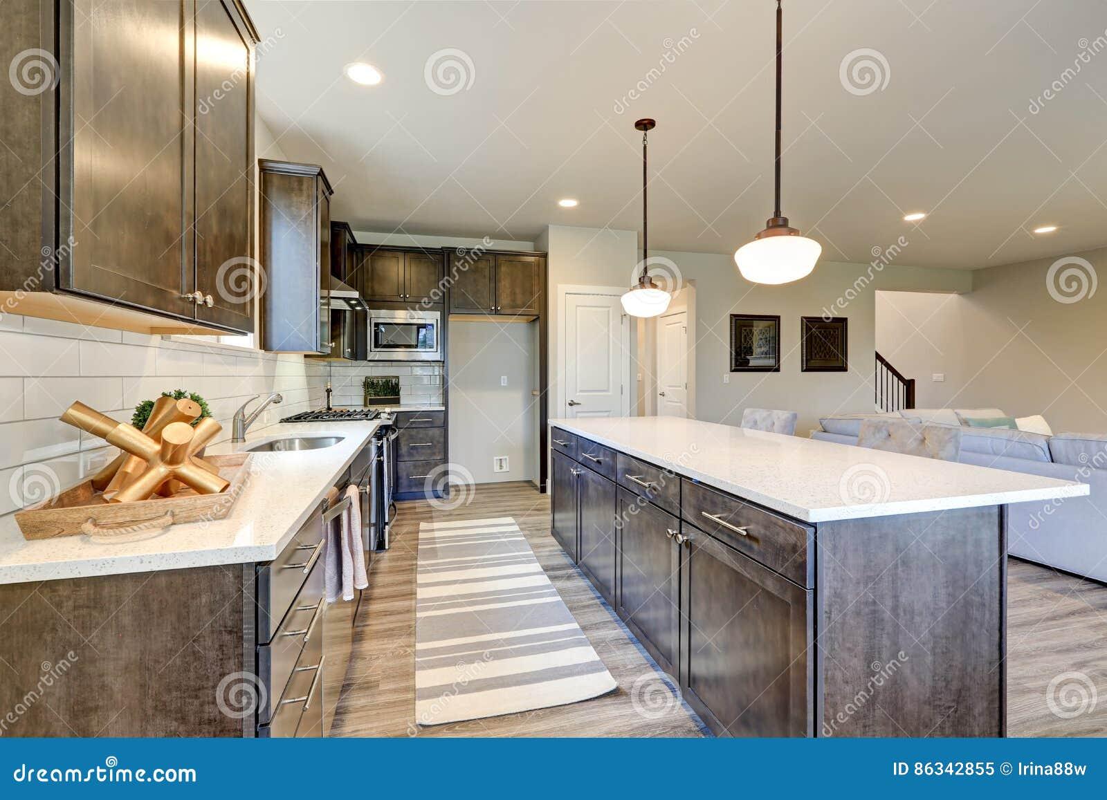 Rühmt Neue Insel Hölzerne Küche Sich Dunkle KabinetteGroße c543RAjLq