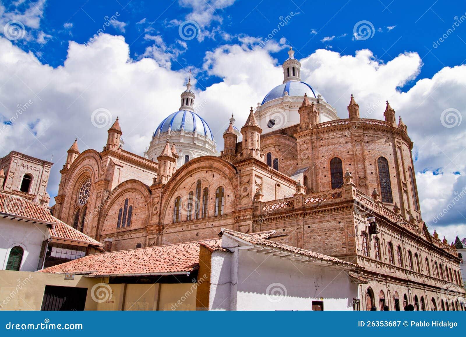 Neue Kathedrale in Cuenca mit blauem Himmel