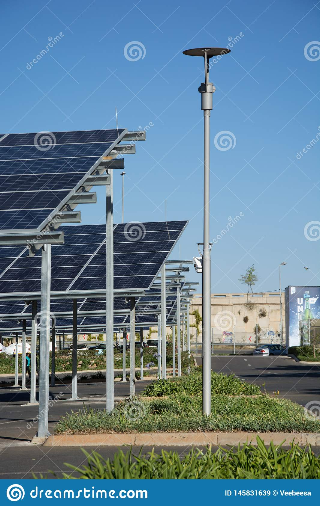 Neue Sonnenkollektorautoparkpl?tze im Parkplatz des Makro-Speichers