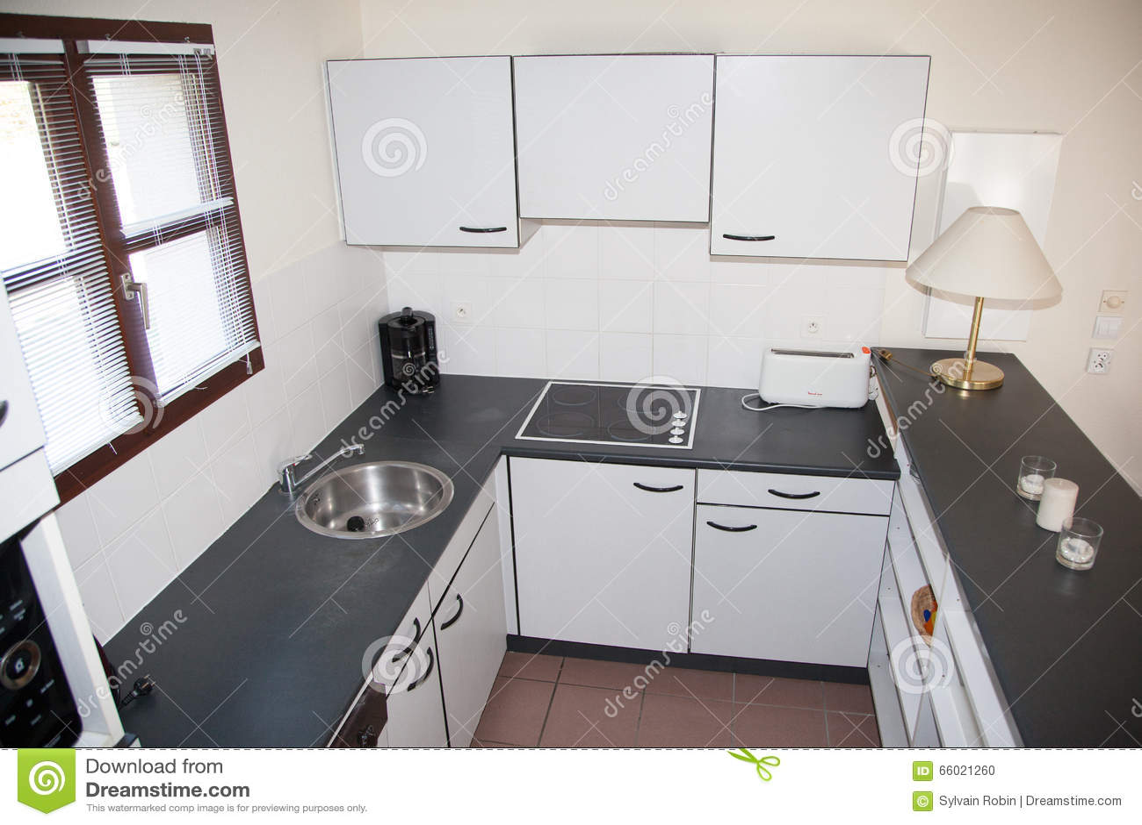 Neue Verzierte Weiße Küche Zu Hause Mit Schwarzem Granit Stockfoto ...