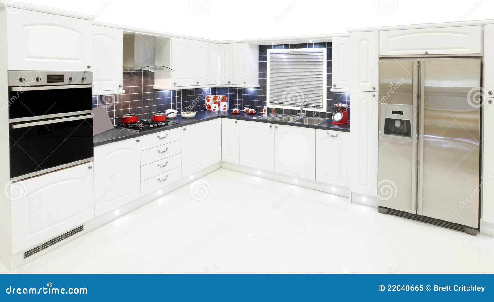 Neue weiße Küche stockbild. Bild von weiß, maßeinheiten - 22040665