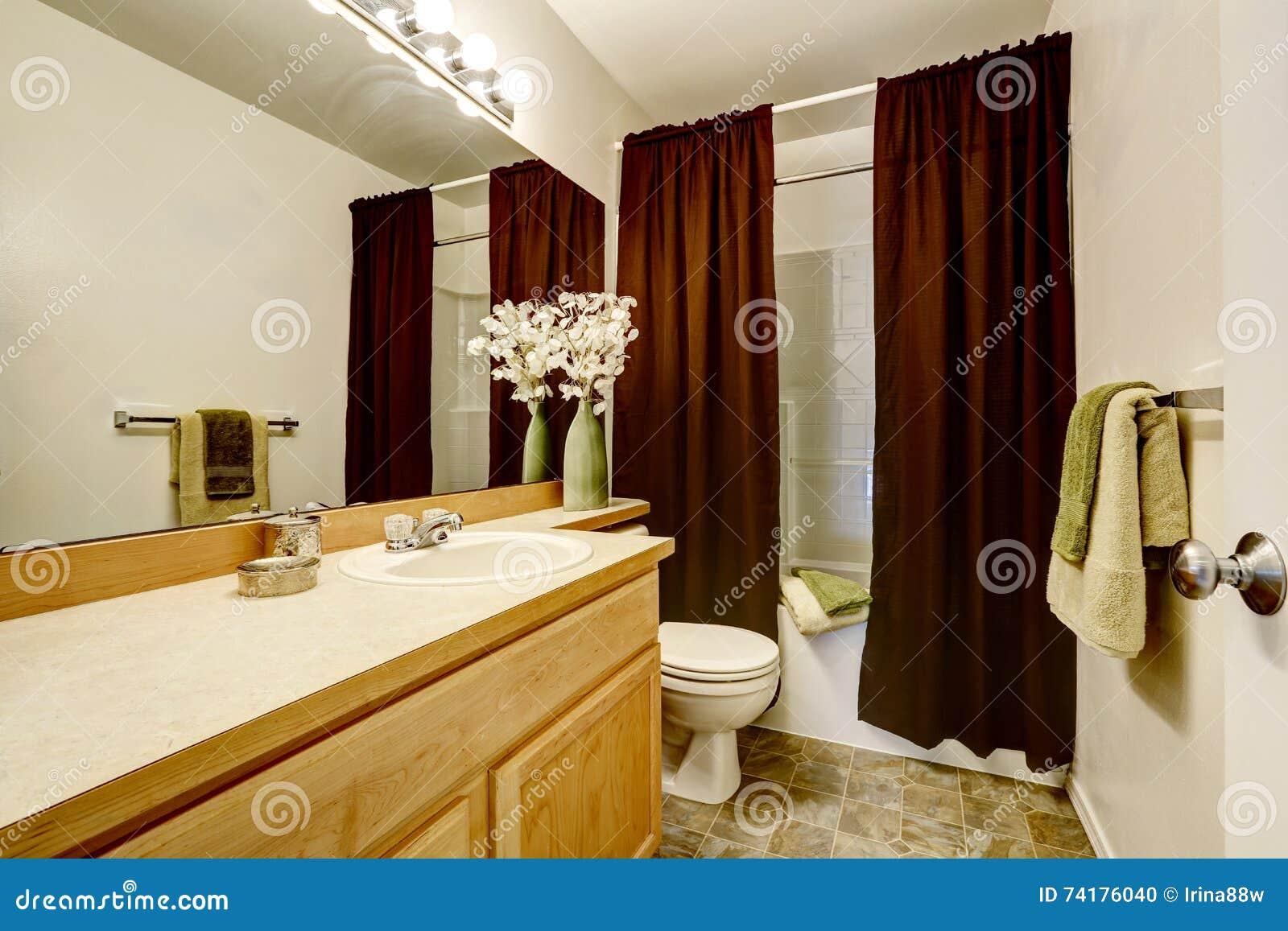 Neuer Hauptbadezimmerinnenraum Mit Dusch- Und Badkombination ...