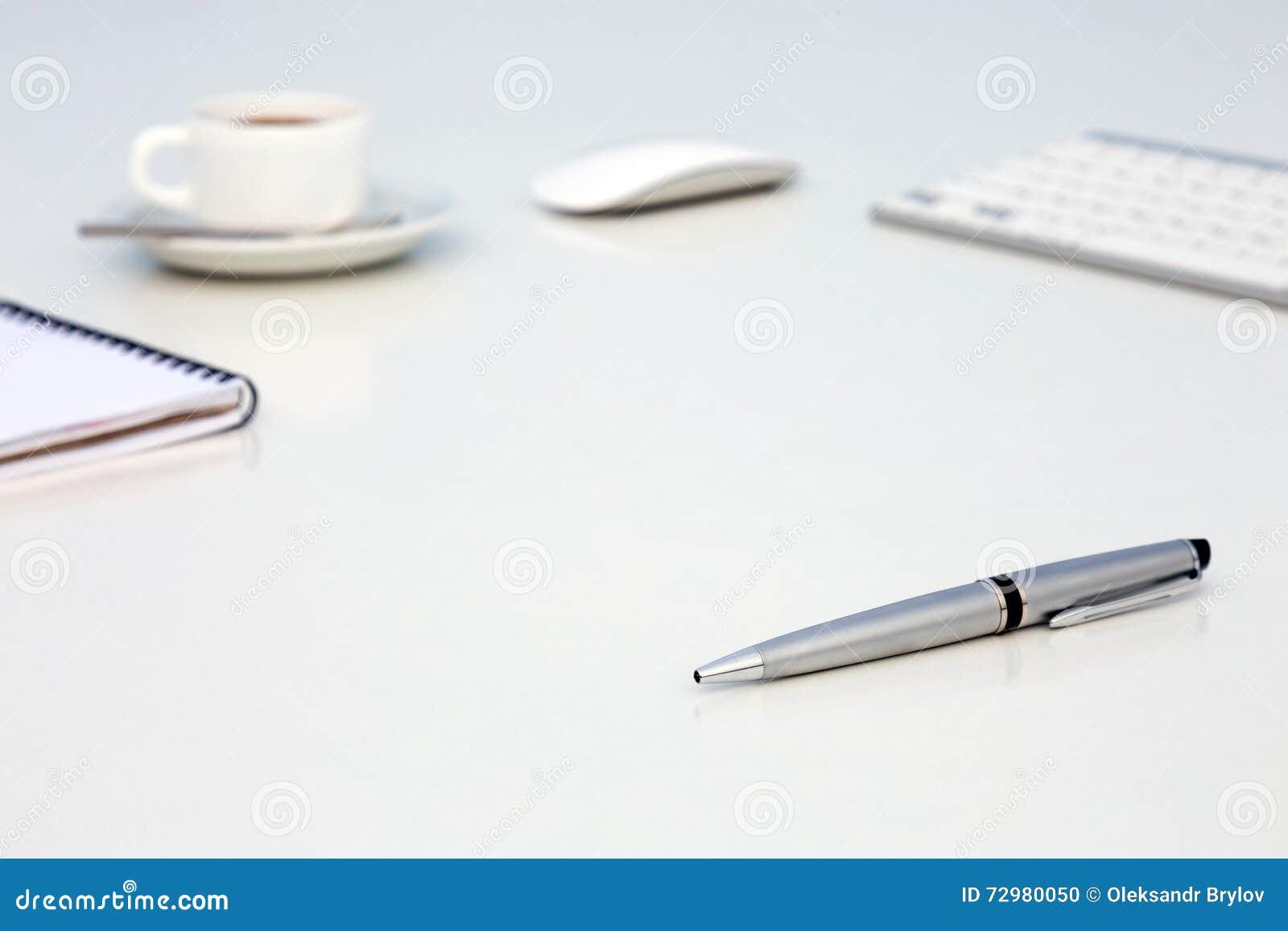 Neuer Tag am Büro-Konzept-weißen Tisch mit Notizblock-und Tasse Kaffee-Seitenansicht des Computer-freien Raumes