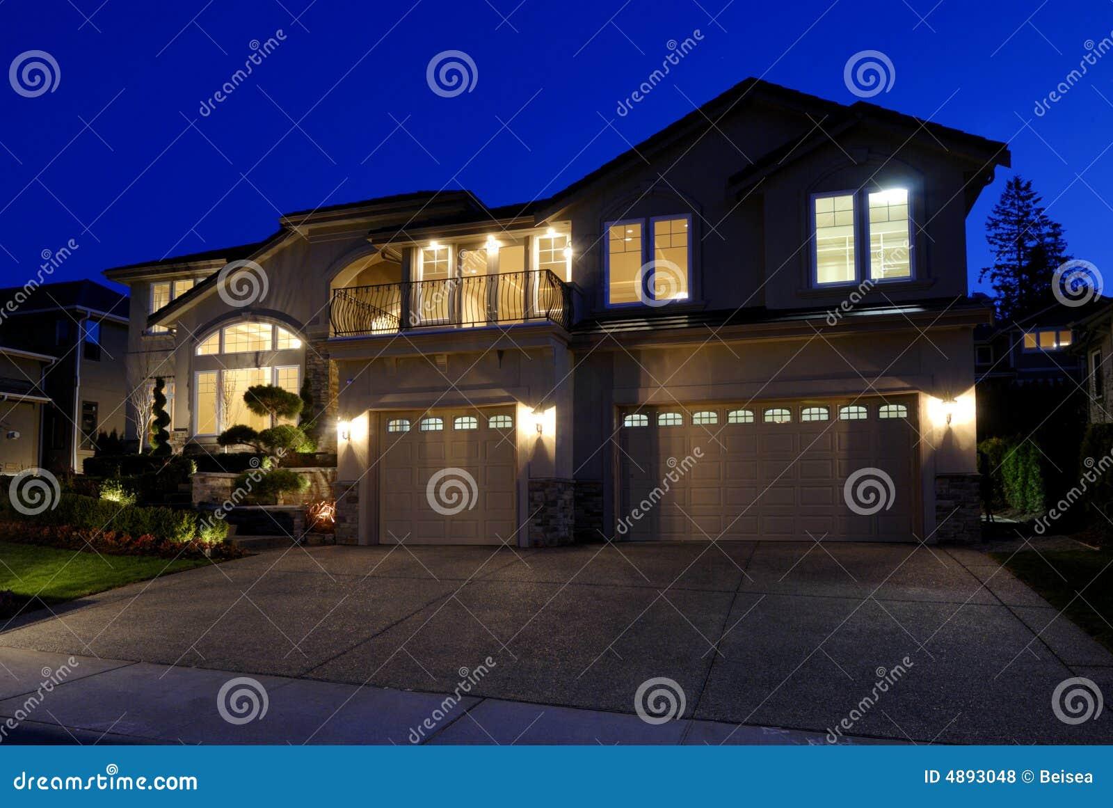 Neues amerikanisches Haus nachts