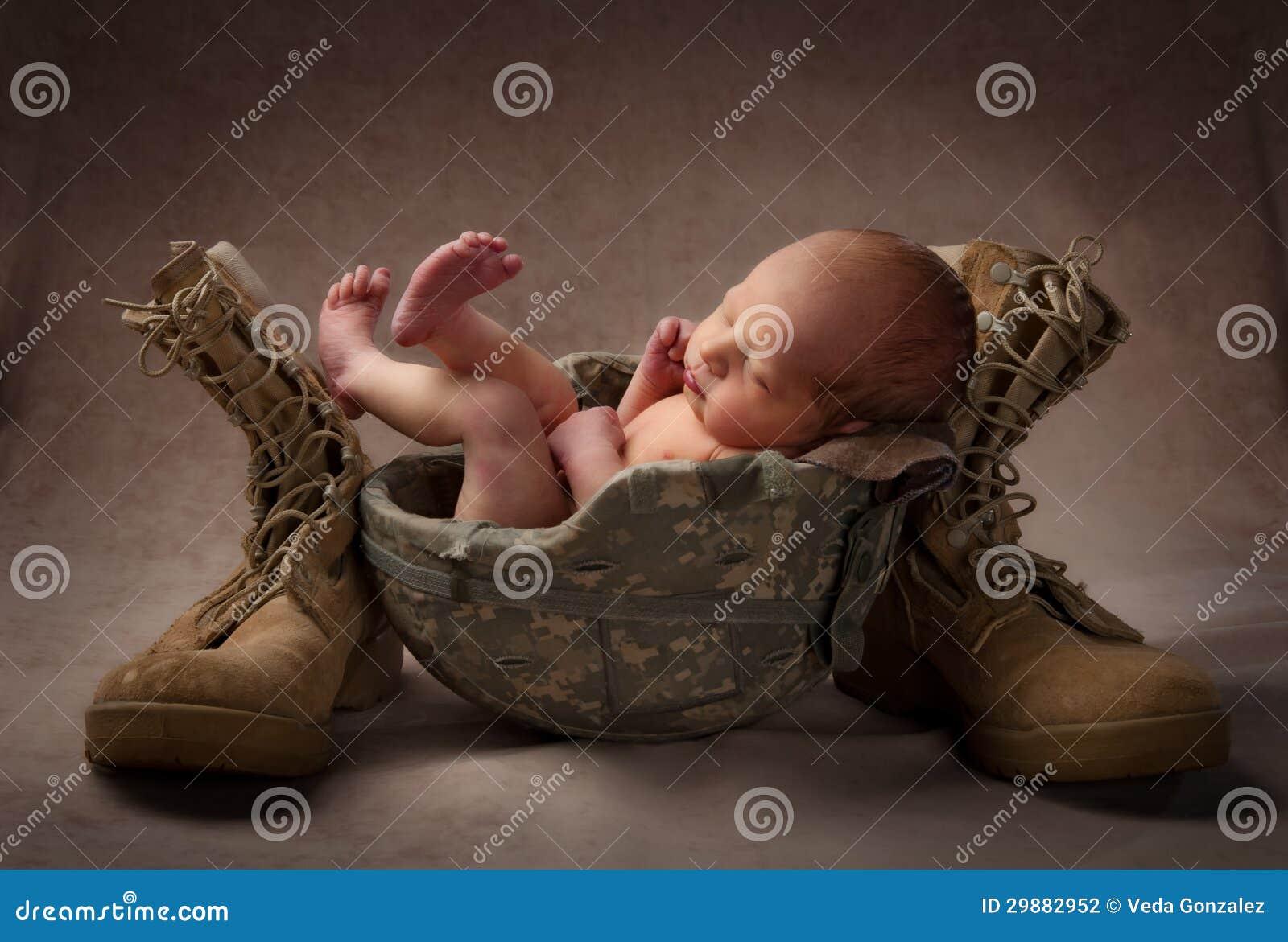 Neugeboren im Militärsturzhelm