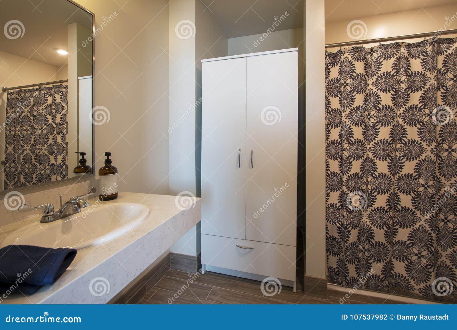 Neues Badezimmer Gestalten Um Stockfoto - Bild von gastfreundschaft ...