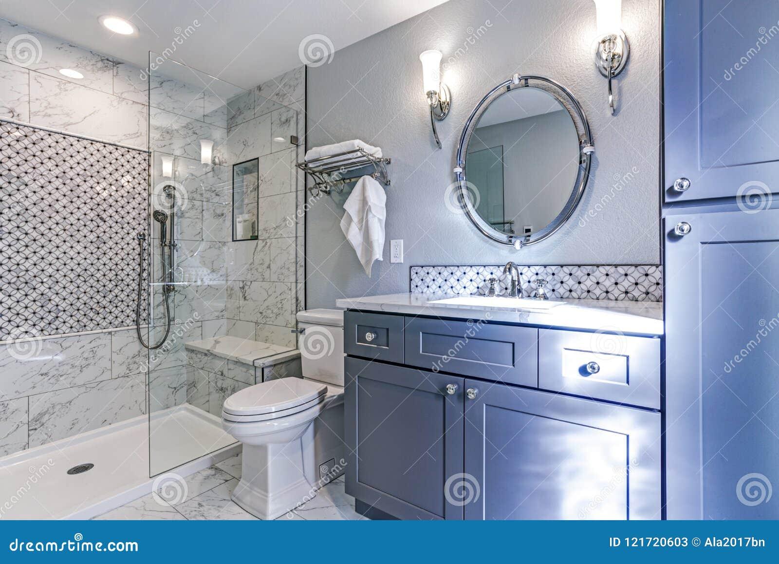 Neues blaues Badezimmerdesign mit Marmorduscheeinfassung