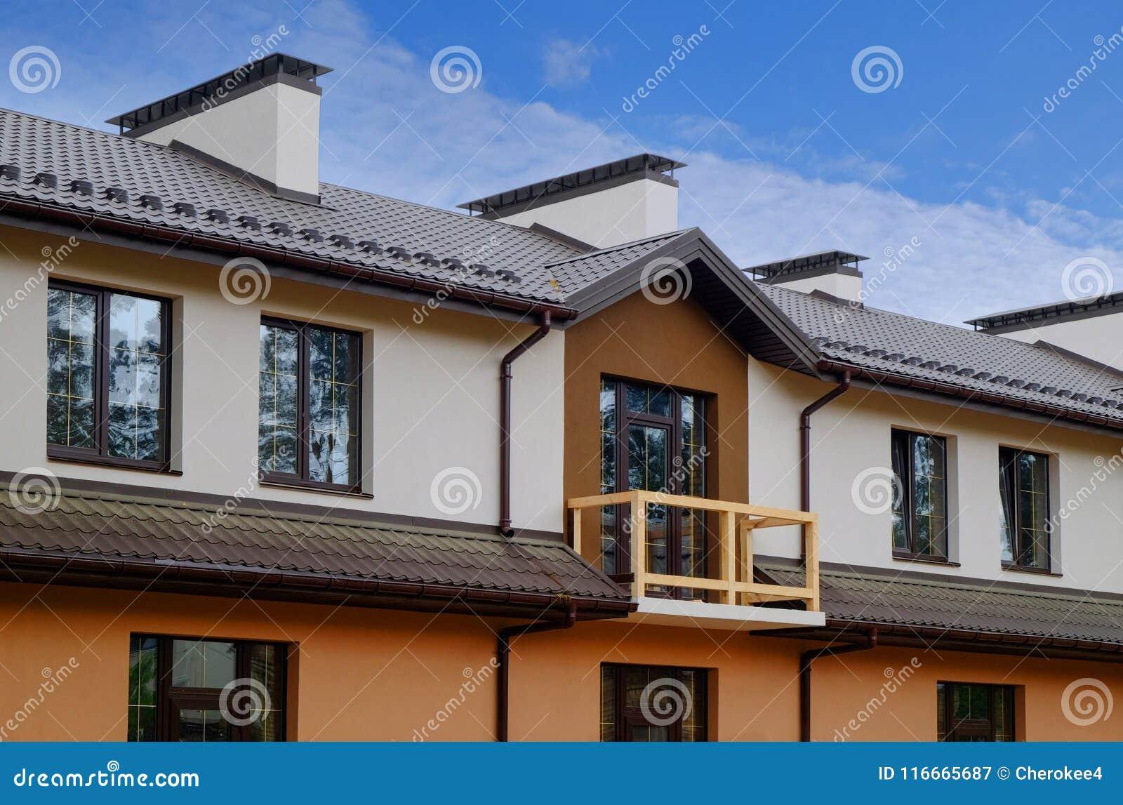 Neues Hauschenhaus Mit Metalldach Regengosse Und Balkon Kamin Und