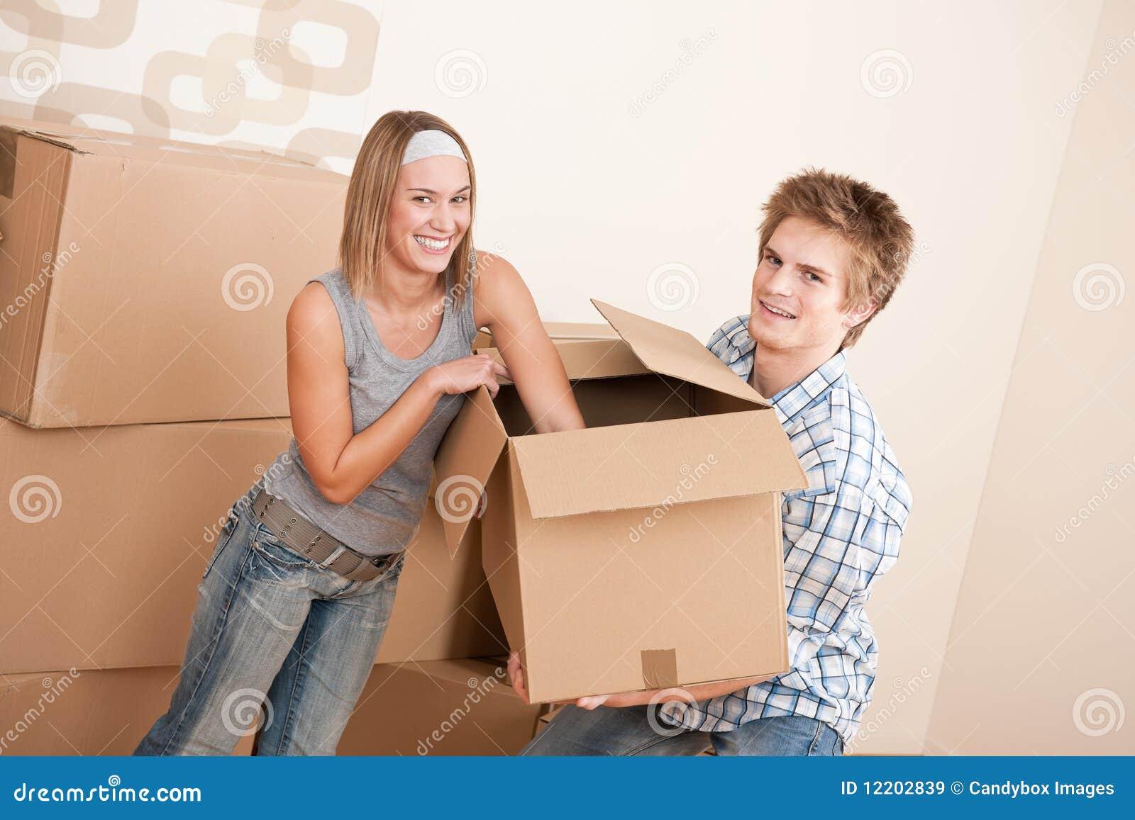 Neues Haus: Beweglicher Kasten der jungen Paare, entpackend