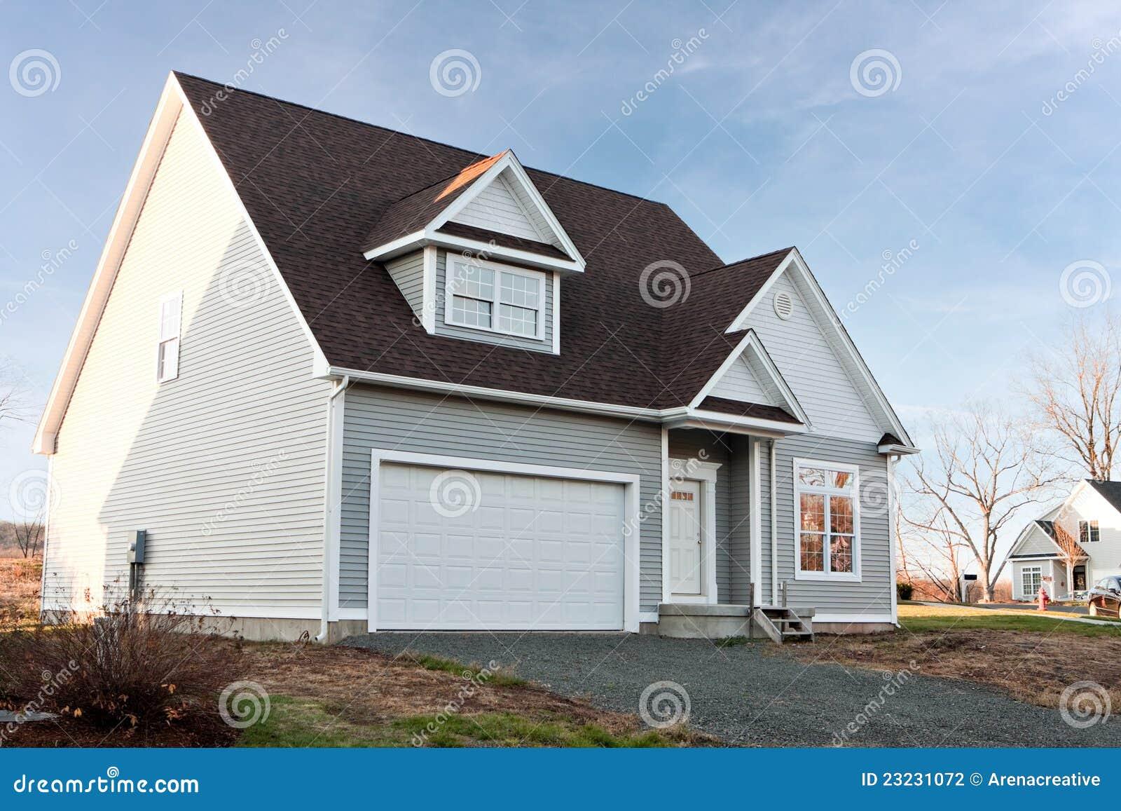 Neues Haus Mit Der 2 Auto-Garage Stockfoto - Bild von nett ...