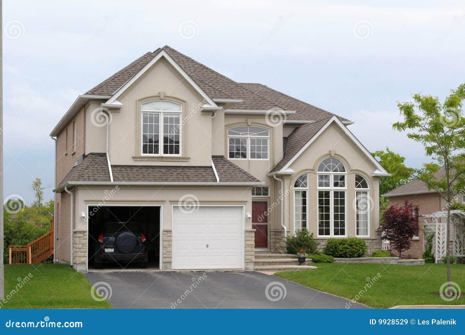 Neues Haus mit einer doppelten Garage