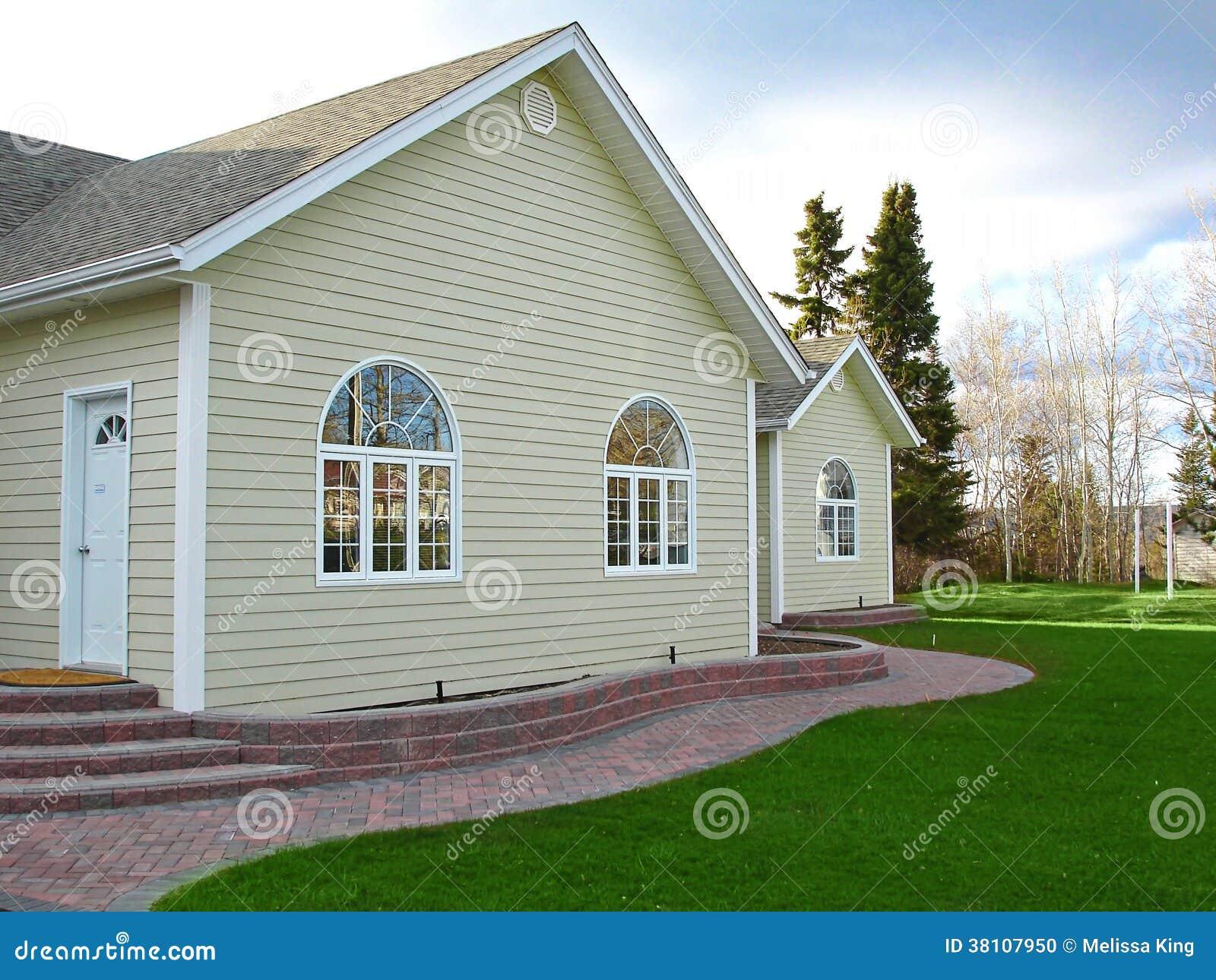 Neues Haus mit Ziegelsteinweg- und -bogenfenstern