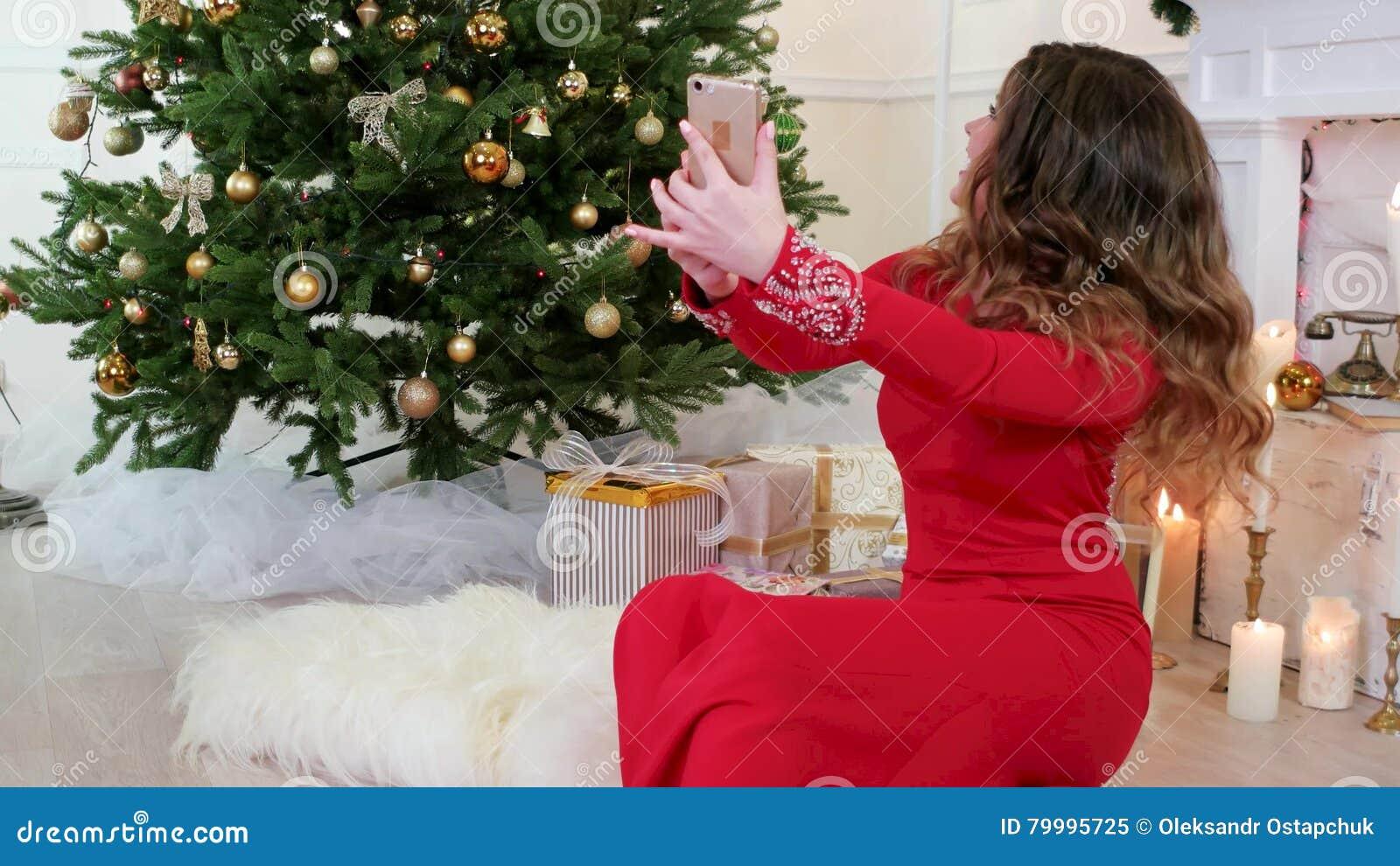 Weihnachtsgrüße Für Handys.Neues Jahr Mädchen Spricht Durch Internet Videokommunikation Skype Vayber Weihnachtsgrüße über Handy Frau