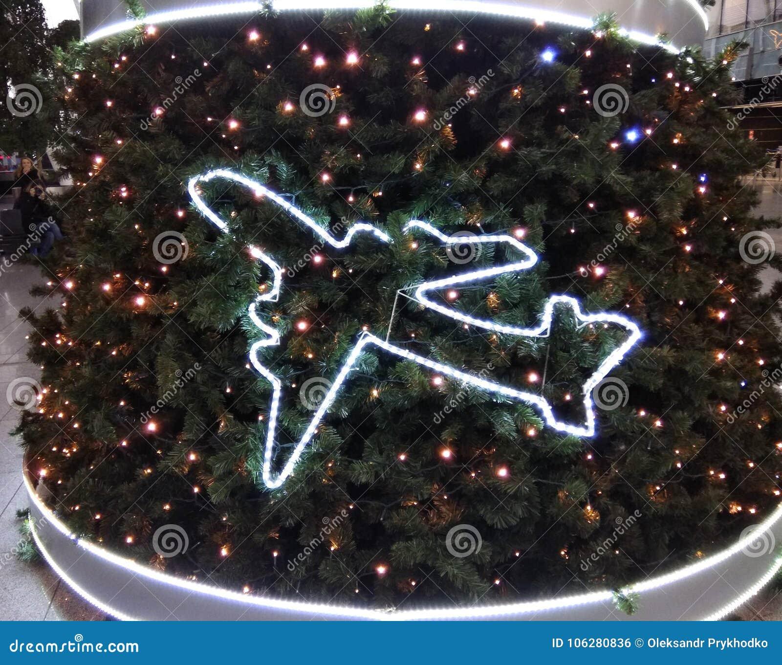 Neues Jahr ` s Baum verziert mit Flugzeugen