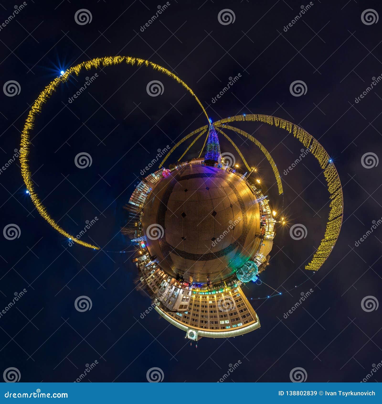 Neues Jahr wenig Planet Kugelförmige Luft-360-Grad-Panoramanachtansicht über ein festliches Quadrat mit einem Weihnachtsbaum