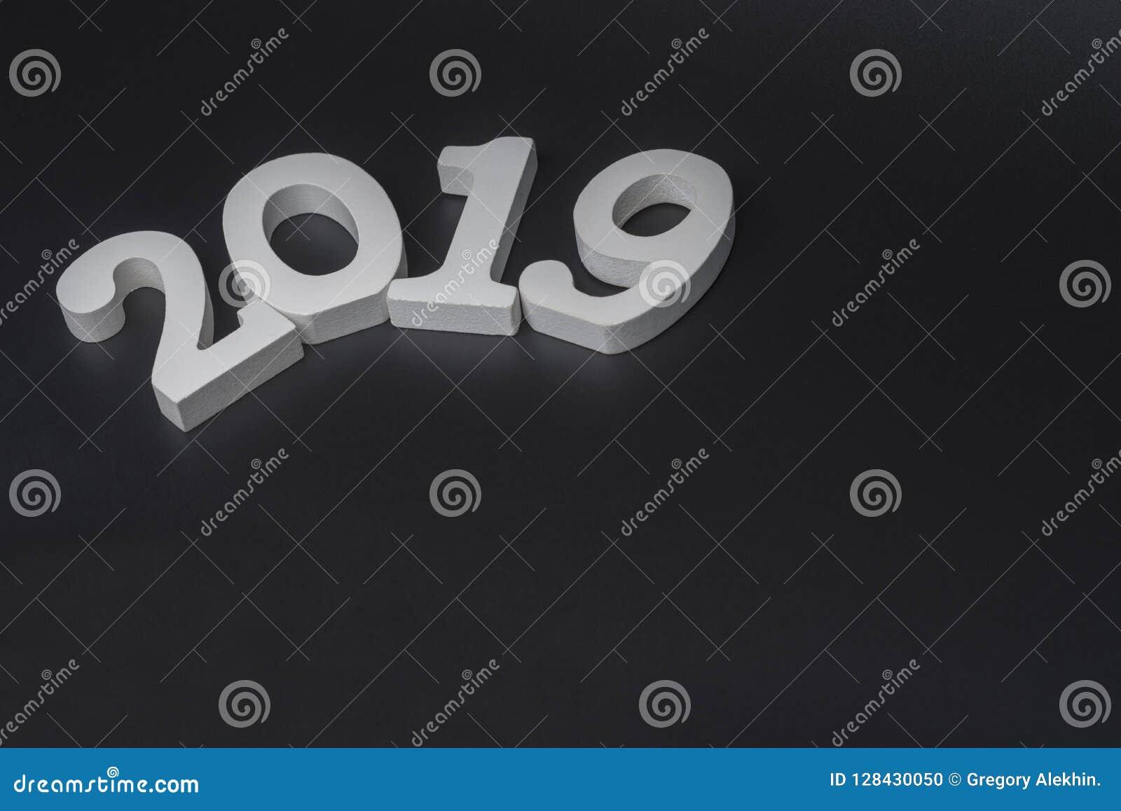Neues Jahr zwei tausend neunzehn, weiße Zahlen auf einem schwarzen Hintergrund