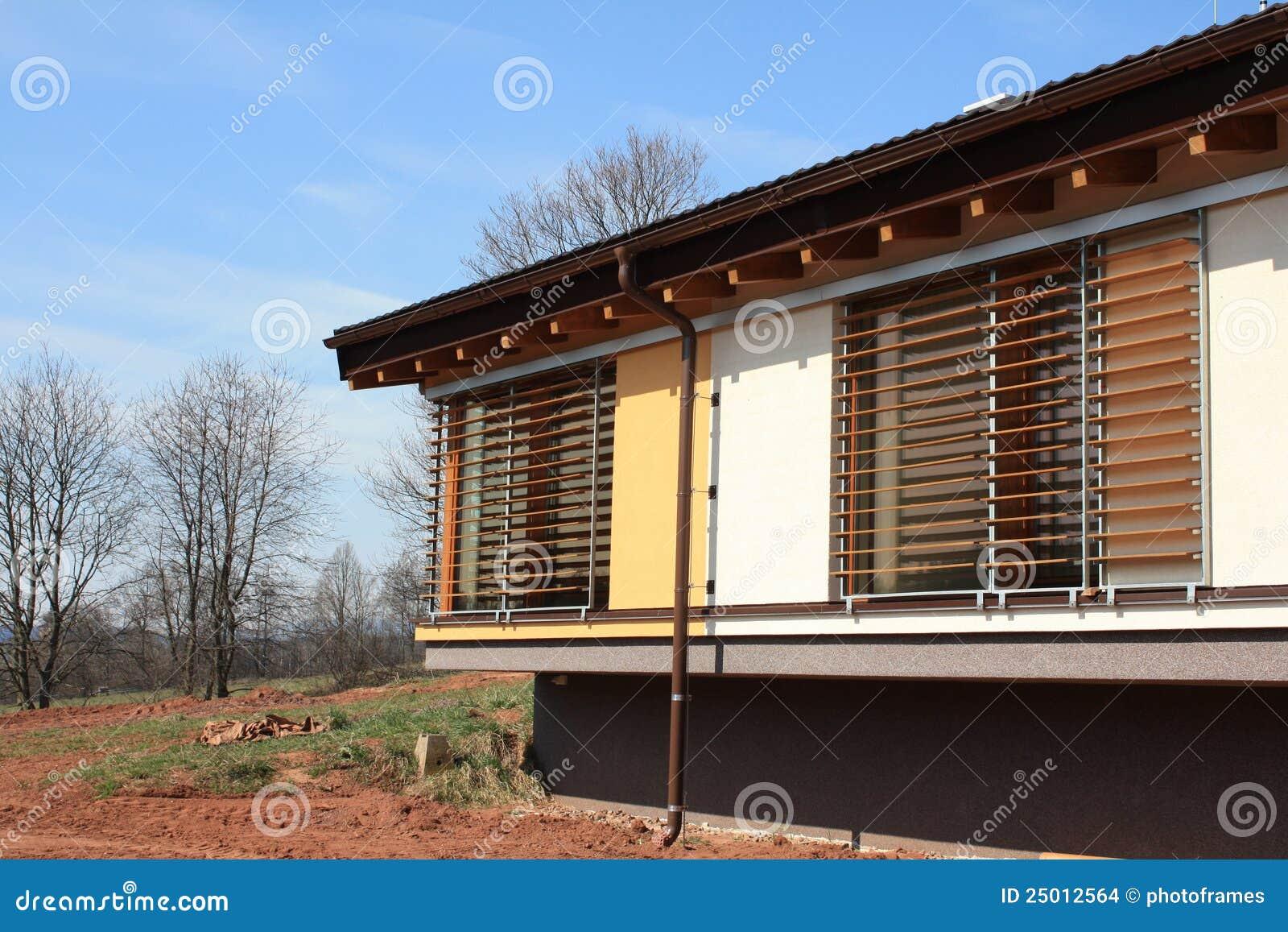 Neues Passives Haus Mit Vorhängen Stockfoto - Bild von ziegelstein ...