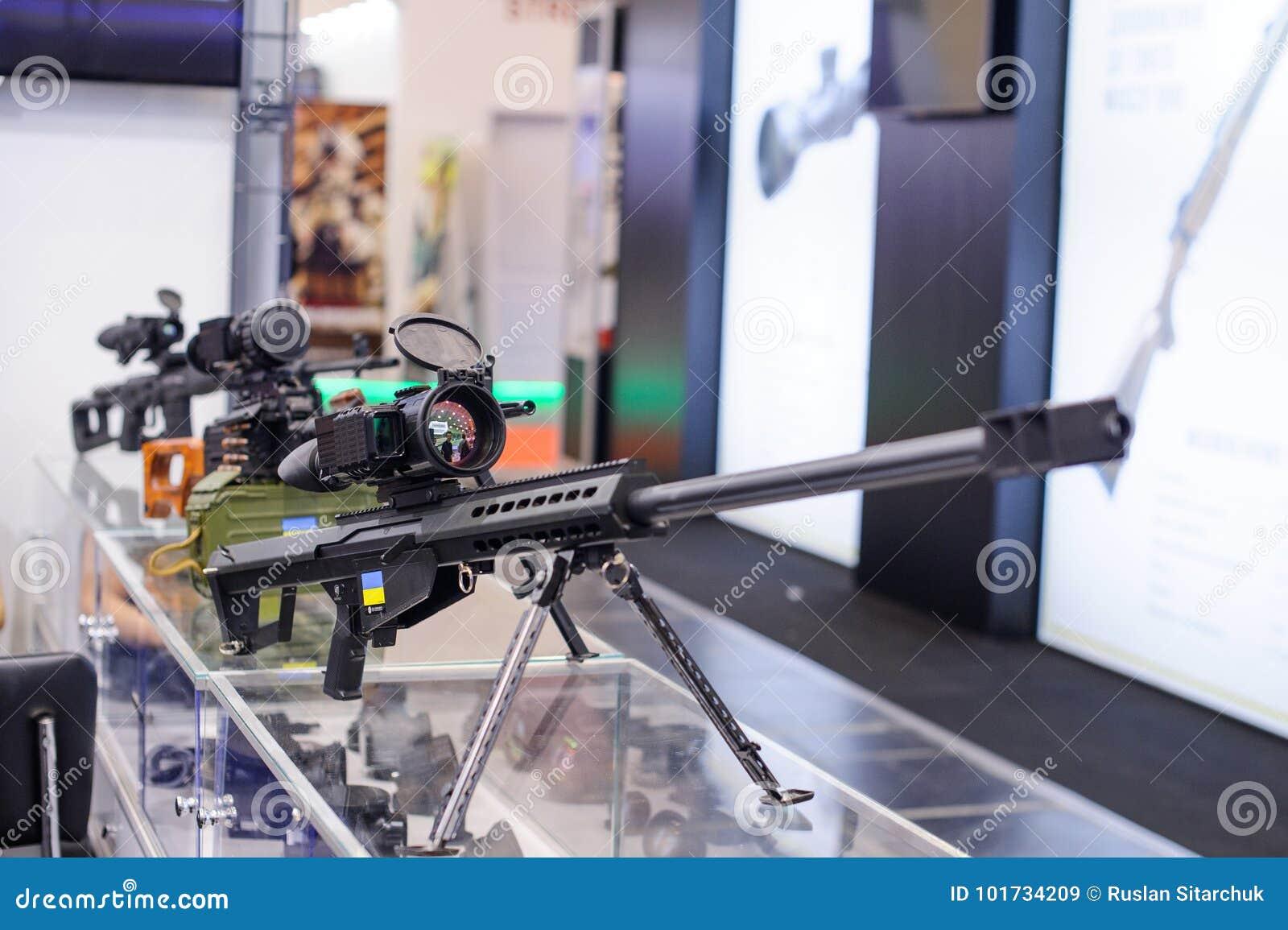 Neues scharfschützegewehr mit einem nachtsichtgerät an der
