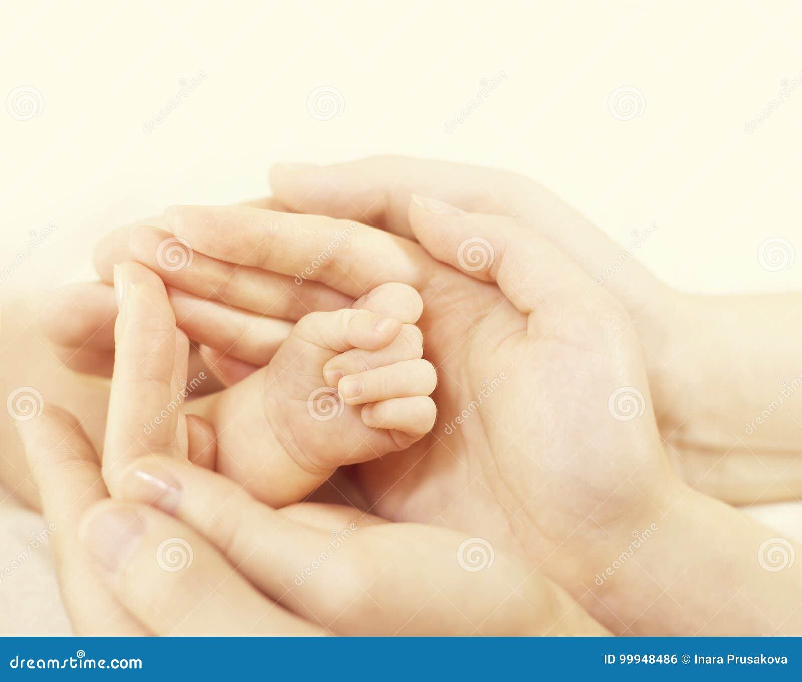 Neugeborene Baby-Hand in den Familien-Händen, Eltern-Griff schützen neugeborenes