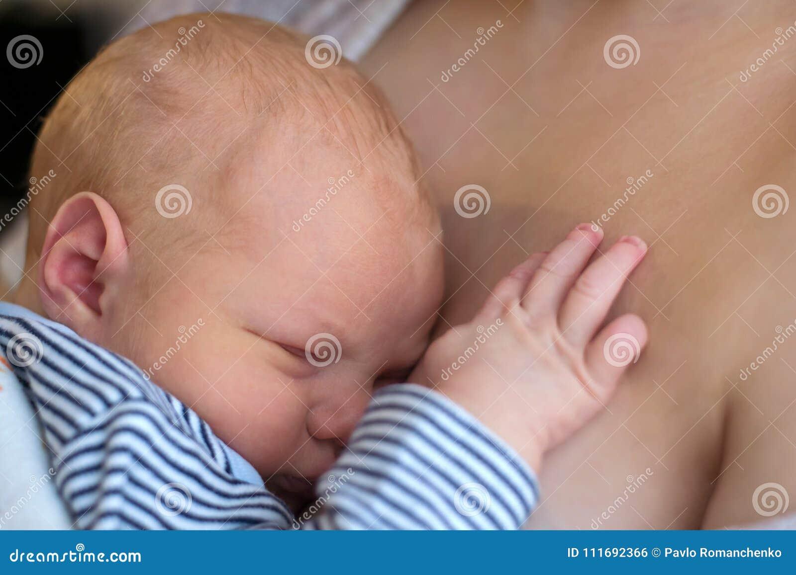 Neugeborenes Baby Das Auf Seiner Mutter S Brust Schläft Stockfoto