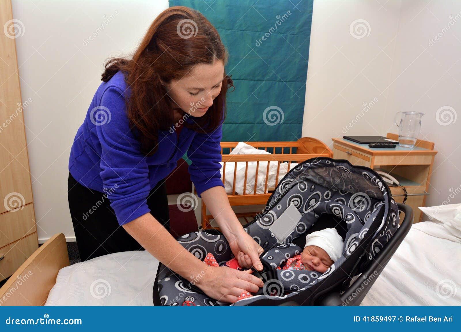 Neugeborenes Baby, Das Nach Hause Vom Krankenhaus Geht Stockbild ...