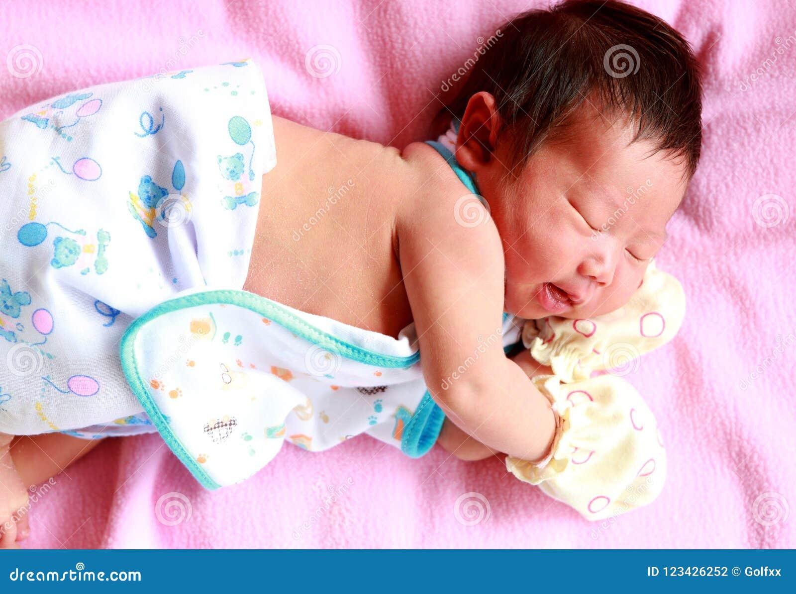 Neugeborenes Baby gealtertes 2 Tagesschlafen