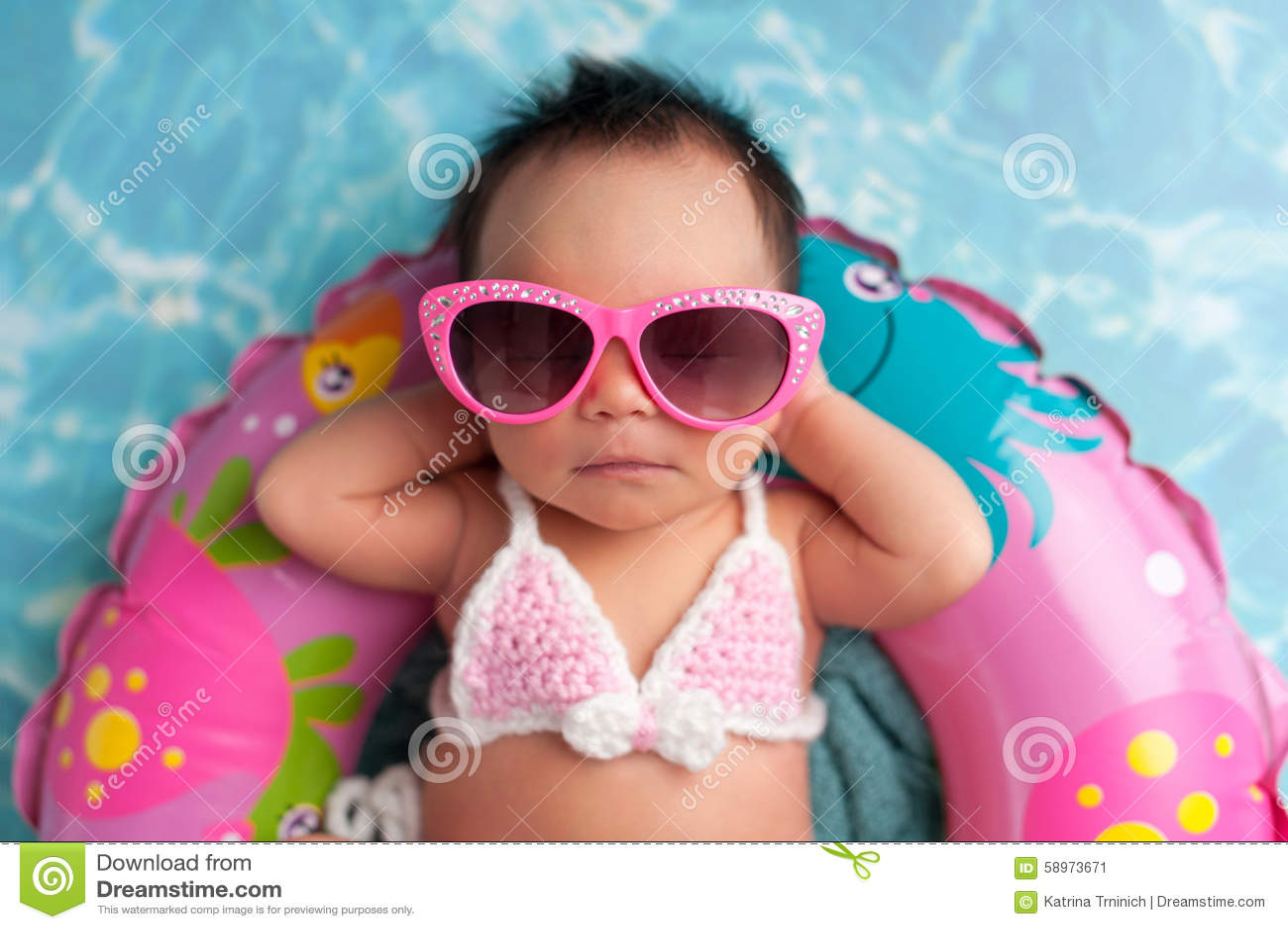 Neugeborenes Baby-tragende Sonnenbrille und eine Bikini-Spitze
