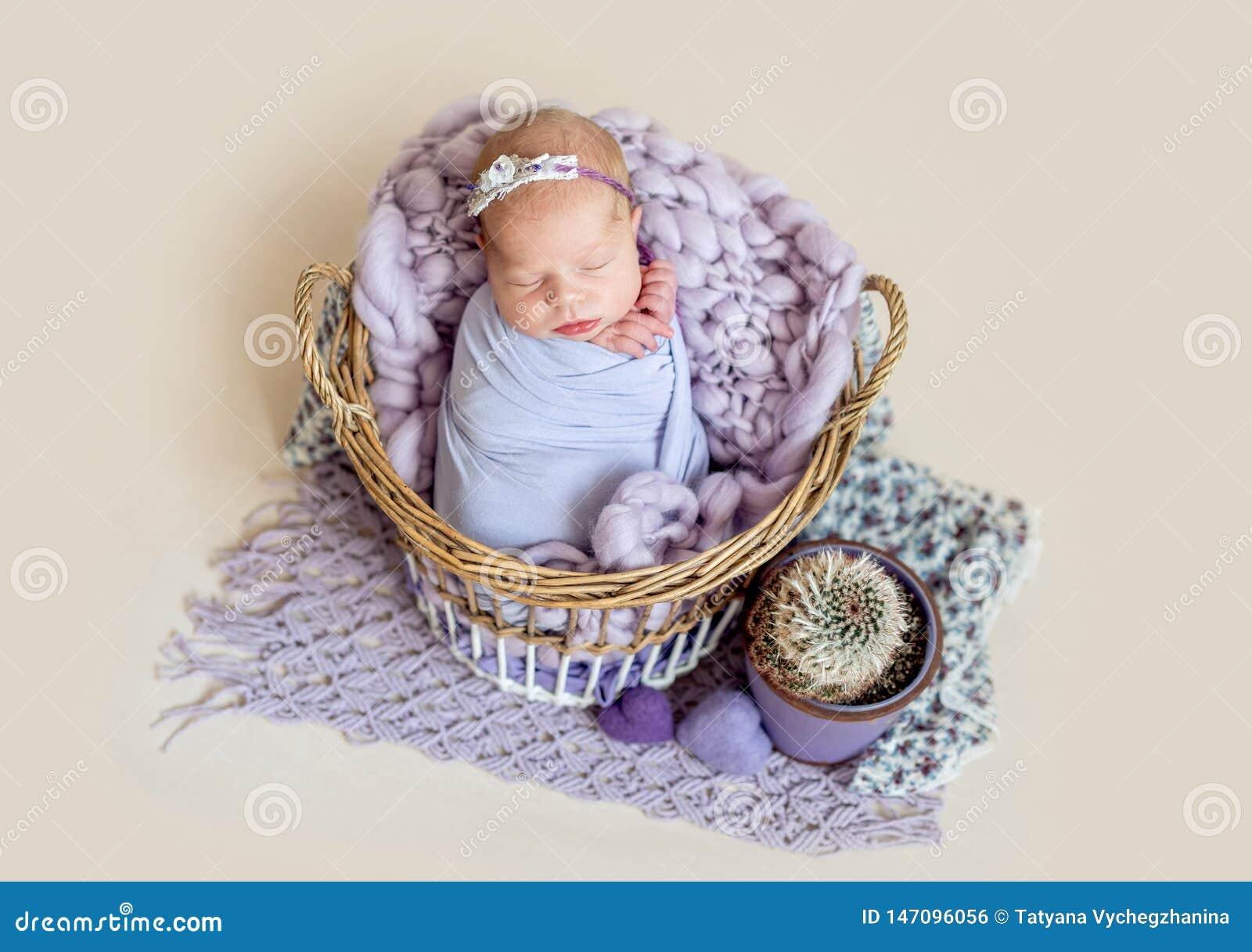 Neugeborenes Kind im Korb