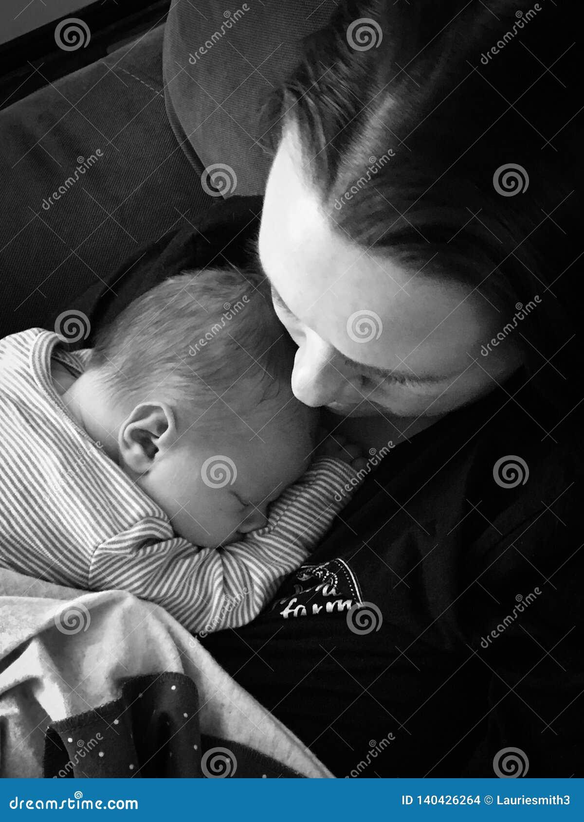 Neugeborenes Schätzchen und Mutter