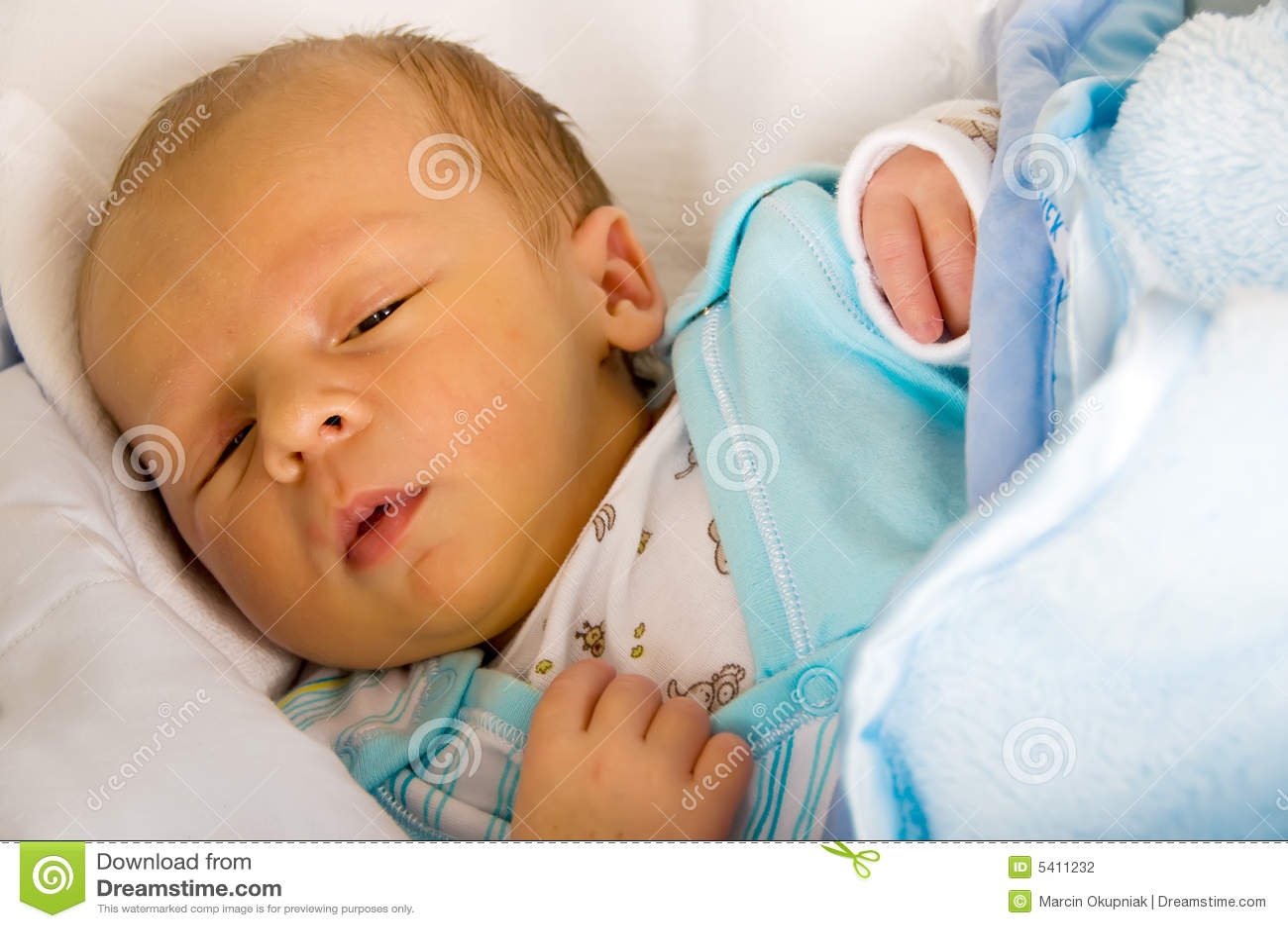 neugeborenes schlafen stockfoto bild von getragen gesundheit 5411232. Black Bedroom Furniture Sets. Home Design Ideas