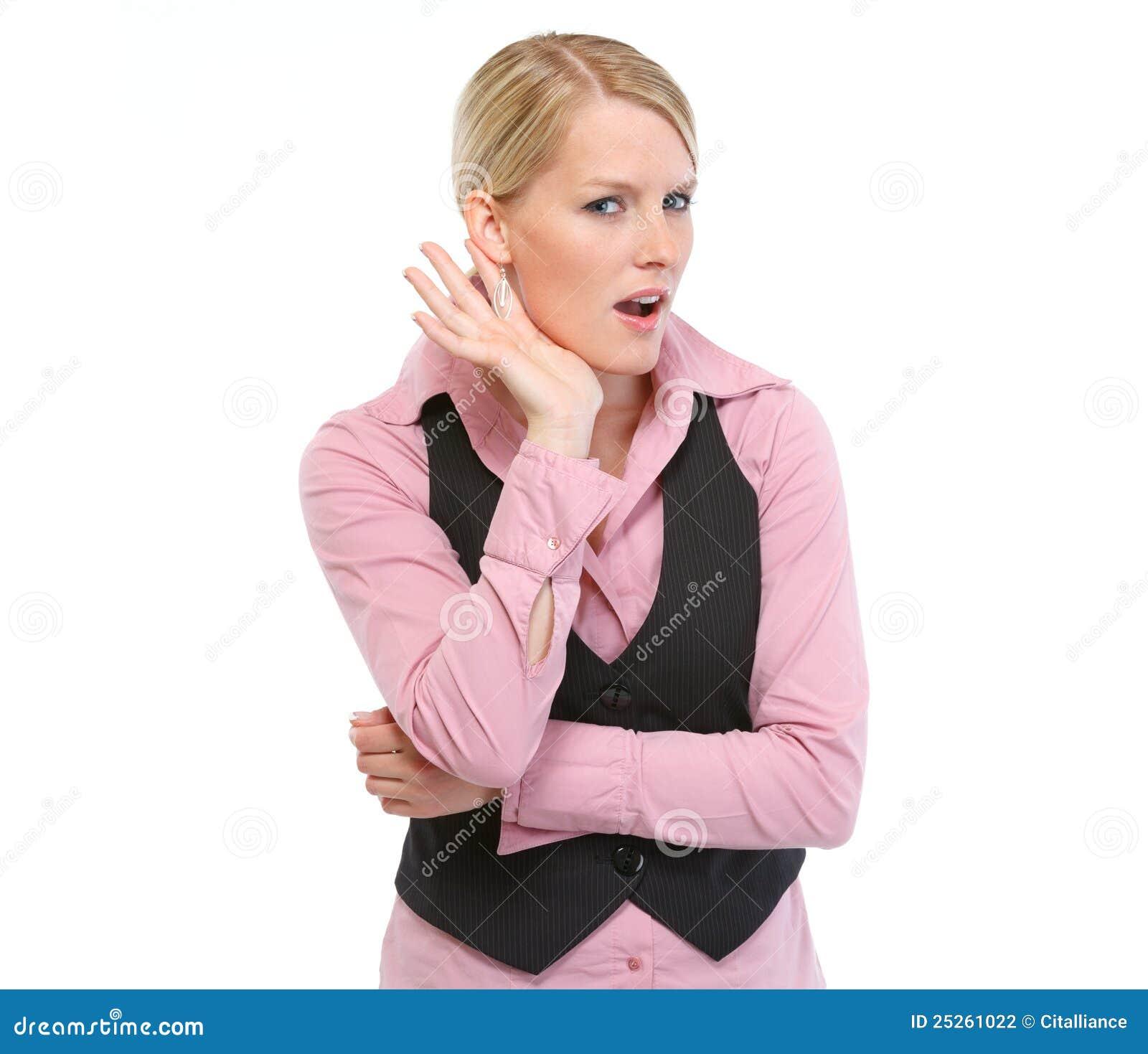 Neugierige Frau, die versucht, etwas zu hören