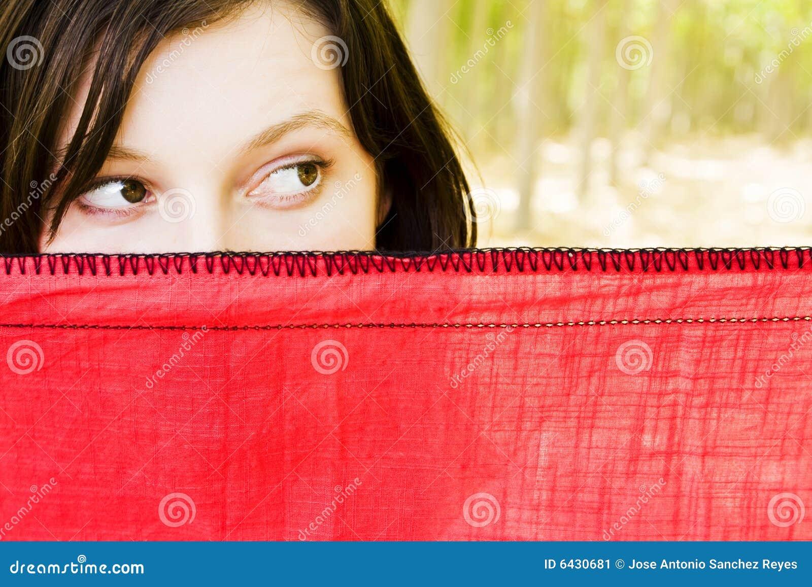 Neugierige Frau hinter Schleier